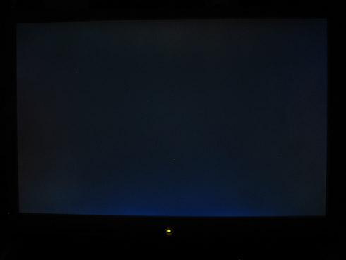 BenQ G2400W musta tausta näyttää sinistä