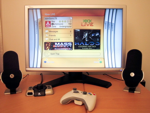 Xbox 360 ja Fujitsun 24? näyttö sekä Logitech G51 kaiuttimet