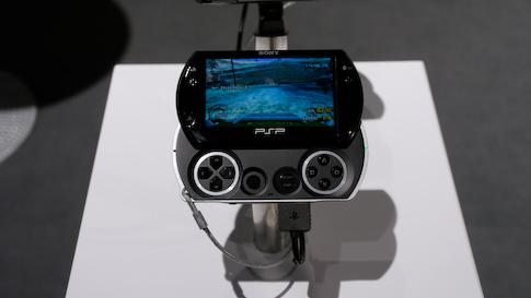 Uusi PSPGo on nyt tarpeeksi pieni ja ohut. Pelit ladataan koneen 16 Gt muistiin.