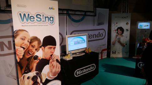 Wii Sing pelissä voi kytkeä neljä mikrofonia samaan aikaan.
