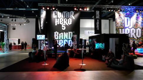 Guitar Hero 5 ja Band Hero pelit olivat näyttävästi esillä.